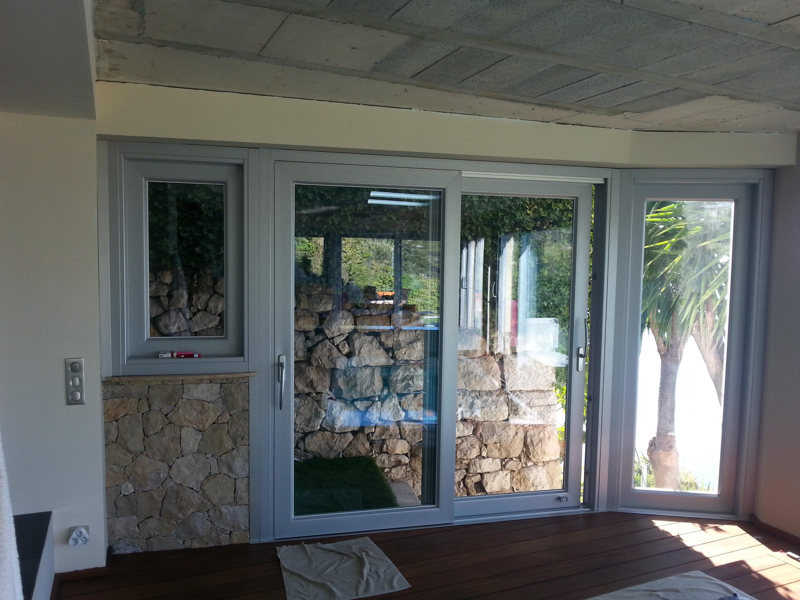 Veranda e parapetto in vetro in una villa a Roquebrune (Francia)