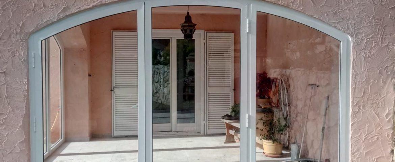 Chiusura di un portico a Peille (Francia)